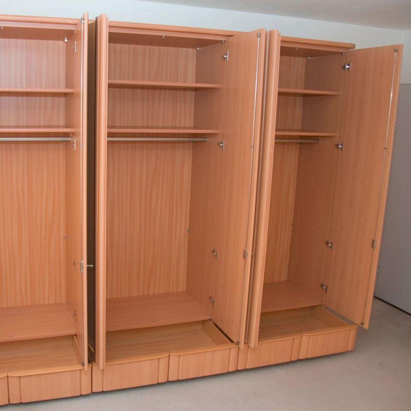 schlafzimmer kleiderschrank und doppelbett mit. Black Bedroom Furniture Sets. Home Design Ideas